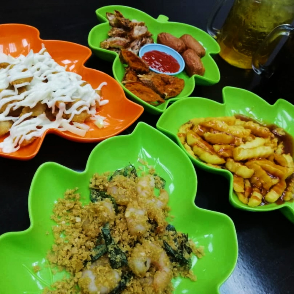 Two main courses + 2 Snack Dish with drinks for 3 person
